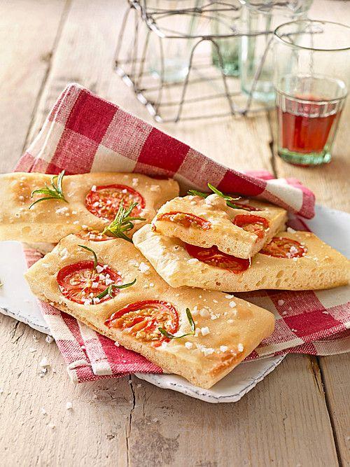 Focaccia mit Tomaten und Rosmarin, ein schmackhaftes Rezept aus der Kategorie Brot und Brötchen. Bewertungen: 122. Durchschnitt: Ø 4,7.