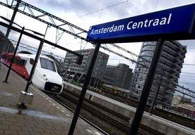28-Apr-2013 10:44 - NS ZET OUDE DAME UIT DE TREIN. Een vrouw van 70 jaar is gisteravond uit de trein gezet, omdat ze niet kon inchecken. Zo laat haar zoon via Twitter weten. Mijn moedertje (70)…...