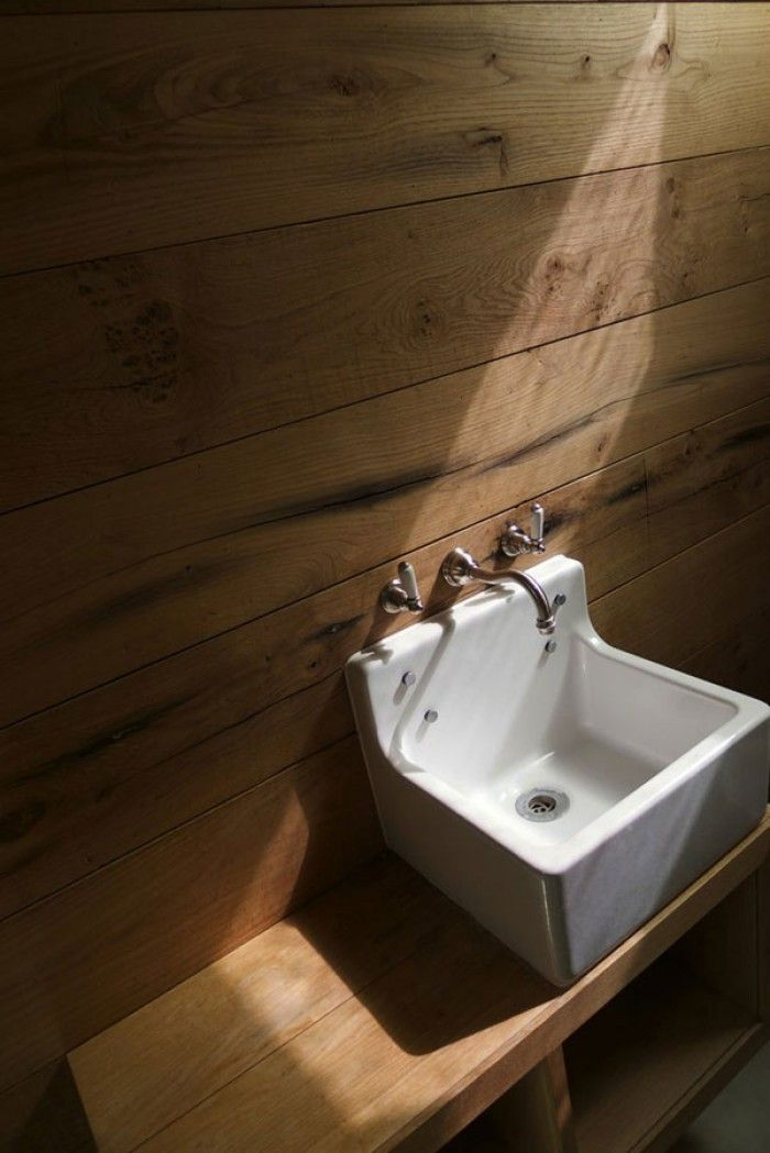 Hout (of houtlook tegels) achter de wastafel, kan ook leuk zijn.
