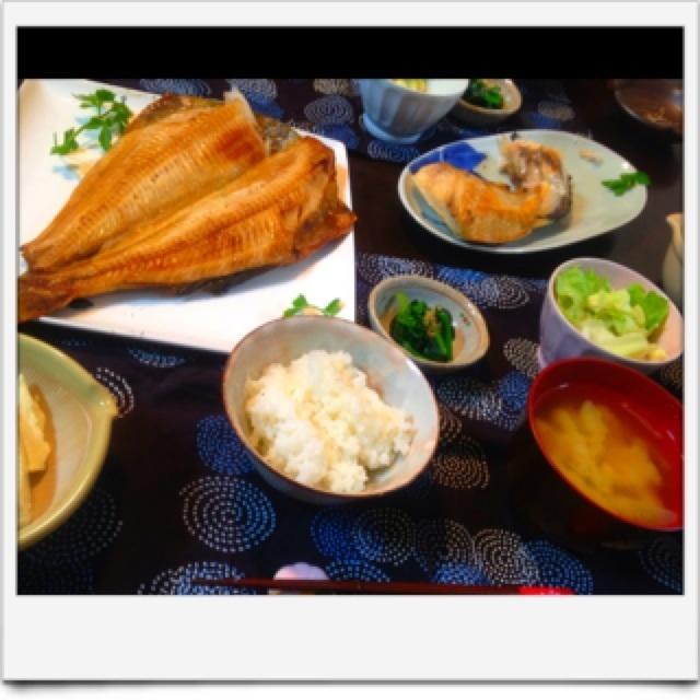夕ご飯:ホッケの干物、ブリカマ(塩)、ホウレンソウのおひたし、レンジであったか豆腐(塩昆布+つゆ)、シメジとネギと寒天のお味噌汁(合わせ)、ポテトサラダ&レタス。