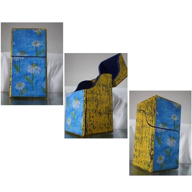 Cubiertero de madera texturizado lo que le da un toque vintage ¡pídelo en colores y diseños que más te gusten! (tiene 6 separadores en su interior para organizar los cubiertos)