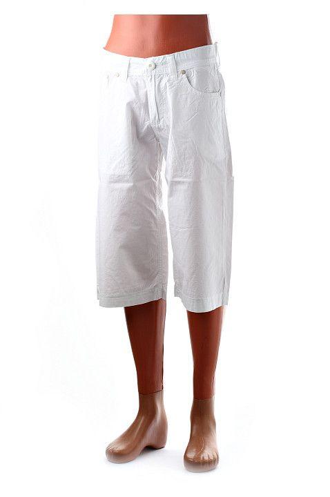 Pánske trojštvrťové nohavice od renomovanej odevnej značky Carlo Bellucci z kvalitnej bavlnenej látky s vreckami vpredu aj vzadu. Svieži letný strih a biela farba predurčujú tieto kraťasy na tie najhorúcejšie letné dni. http://www.yolo.sk/panske-kratke-nohavice/kratke-nohavice-ciib-biele