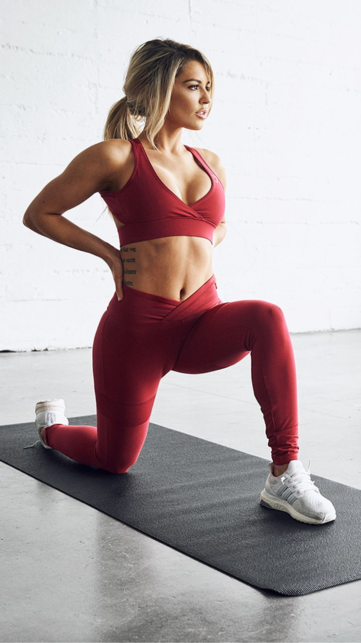 Your next workout outfit essentials are the Cross Back Sports Bra and Dynamic leggings in 'beet'. The open back and low cut front gives a stunning finish, complete with Gymshark reflective logo.