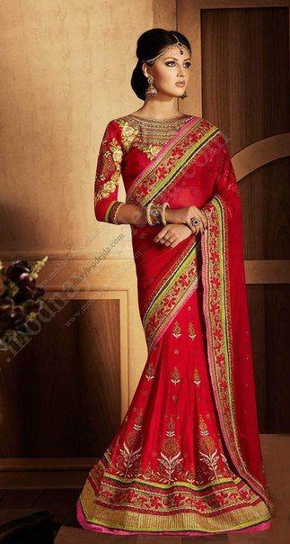 Красное сари носят невесты из северной Индии, Бенгалии. Также брахманы южной Индии носят их, считая, что красный — это цвет крови и семейного счастья, который влияет на сексуальность и рождаемость. Так же красный цвет является неким супружеским символом при рисовании синдур и бинди. Является символичным и в касте чура.
