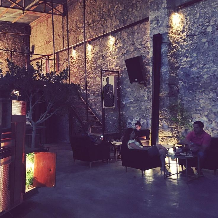 Pirée in Athens, the perfect mix of design, art, coffee and drinks. A bar and a living artistic project at the same time.