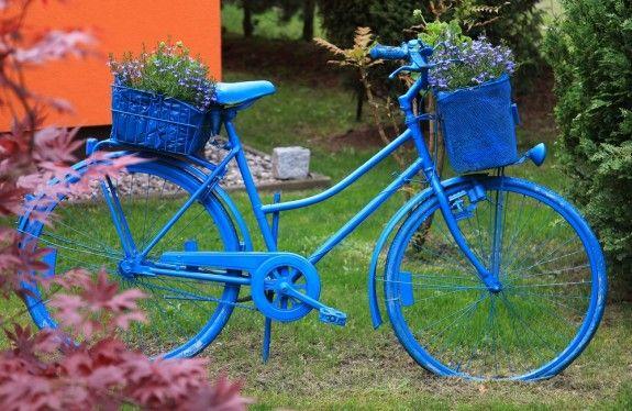 Wer es knalliger mag, kann das Rad in einer leuchtenden Farbe lackieren. Damit es nicht zu unruhig wird, werden die Pflanzkörbe in der gleichen Farbe gewählt.