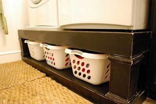 Une super astuce de rangement est d'utiliser une étagère pour mettre vos paniers à linge sousle lave-linge et le sèche-linge.