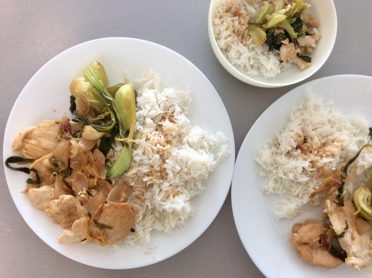 Kuřecí prsa s jarní cibulkou, pak choi, česnekem a citrónem, rýže