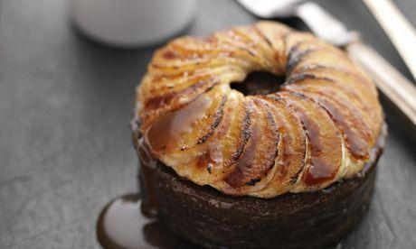 Budinca cu banane caramelizate, curmale si sos caramel - www.Foodstory.ro