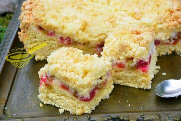 z cukrem pudrem: ciasto drożdżowe z rabarbarem i budyniową pianką