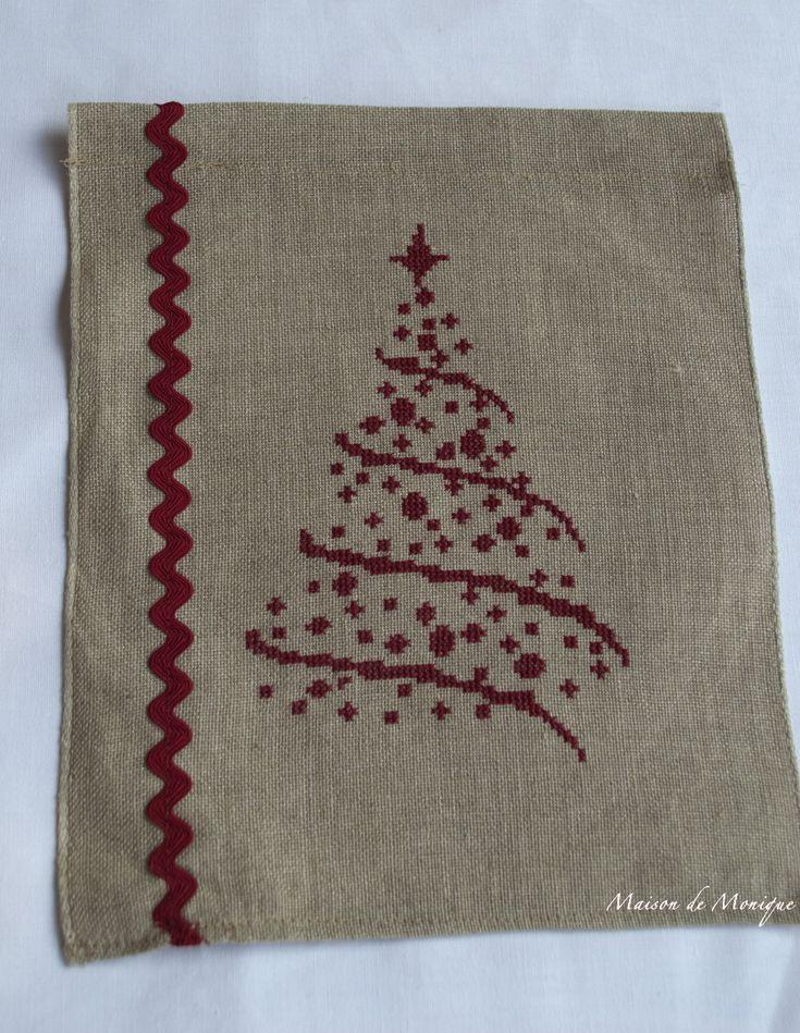 Il Natale si sta un po' alla volta avvicinando ed i preparativi fervono! Ho preparato questo pannello decorativo con ricamato un alb...