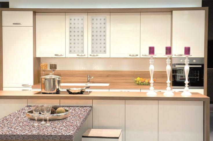 Folie für die Glastüren in der Küche einsetzen ✅ Total tolle Idee um die Küche mit wenig Aufwand und absolut günstig umzugestalten!   Einfach die Folien auf das Glas kleben und schon eine neue Kücheneinrichtung zaubern.    Wir sind begeistert!