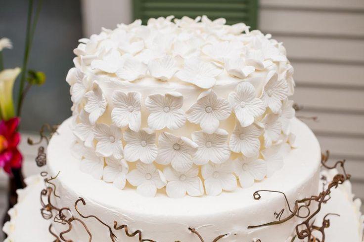 Bryllupskake med hvite blomster  http://kakene.no