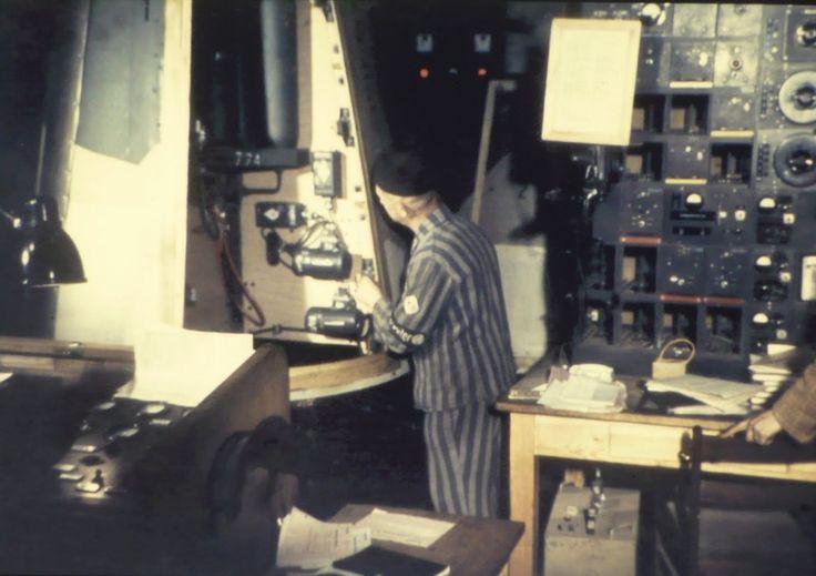 Фото: Узник концлагеря Дора-Миттельбау и инженер за настройкой оборудования ракеты «Фау-2» Prisoner of the Dora-Mittelbau concentration camp and engineer, behind the setup of the V-2 rocket flight control unit.