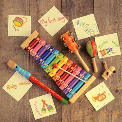 6 instruments de musique à fabriquer avec ou pour les enfants : Flûte de pan, guitare, kazoo, batterie et maracas se retrouvent ensemble dans cette sélection dédiée à la création de petits instruments de musique que les enfants fabriquent puis utilisent pour appréhender les sons.