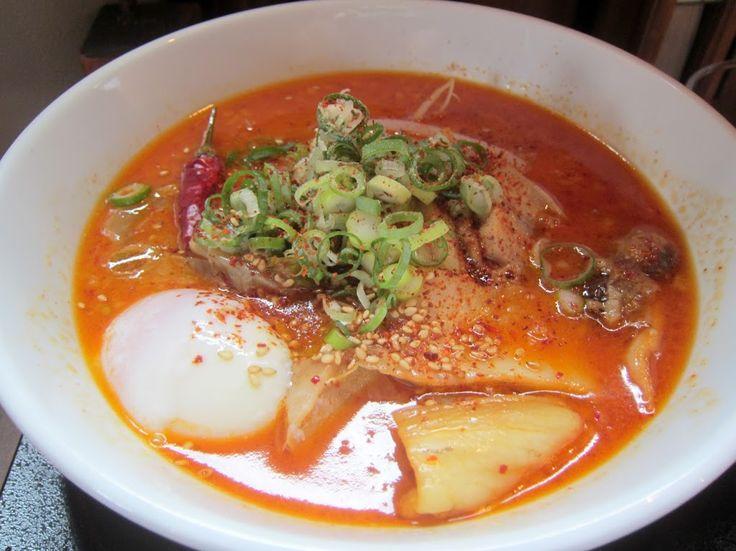帯広『じだい屋』豚キムチらーめん キムチラーメンの具材は、キムチ・サイコロ状のチャーシュー・炒めモヤシ・刻みネギ・温泉卵・唐辛子(飾り)です。スパイシーな味噌スープと中細麺の相性も良かったです。 Google+