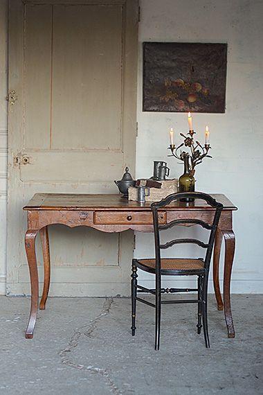 18世紀末、シャトーより猫脚テーブル-antique french table 絹織物産業で栄え今やフランス第二位の都市部を有するローヌ=アルプ地域圏のお城から。アンティークディーラーさん曰く1700年代末の頃、程度の良いカブリオレレッグテーブル。フランス全土が革命に揺れた時代と同じく、と聞けば確かにと思う、各所費えない長い時の経過を刻んでいる。今まで逐一メンテナンスが施されてきただろう、南仏の家具にしては虫喰いが少なく、木目に現れる模様含め実に美しい。