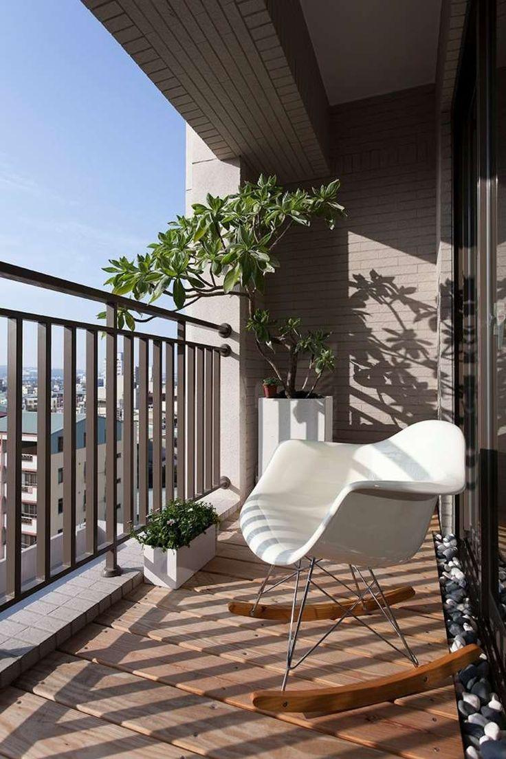 Gestaltungsidee Für Balkon Mit Kieselsteinen Und Modernem Schaukelstuhl