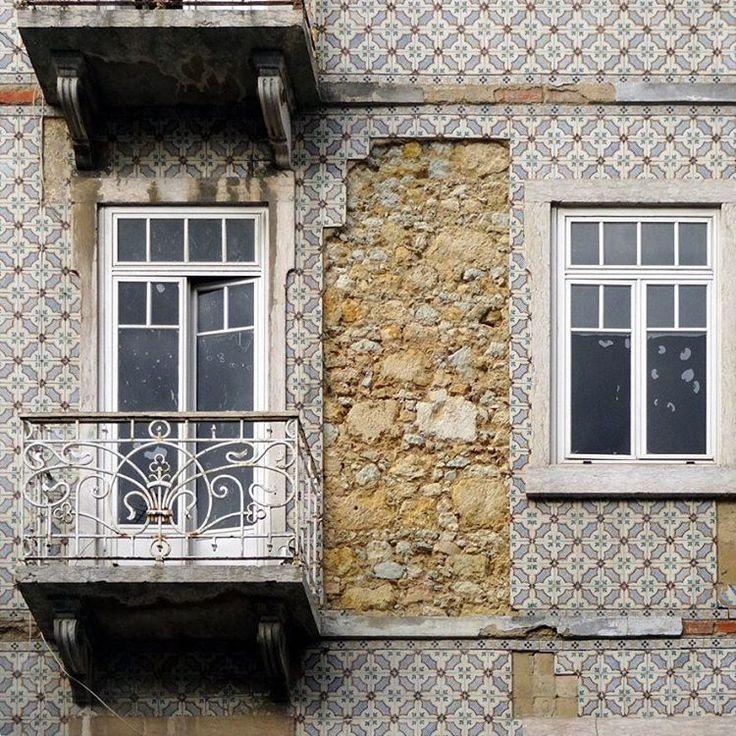 #azulejos #tiles #design #pattern #patterns #geometric #urban #art #urbanart #city #portuguesetiles #azulejospadrao #amantedelosazulejos #azulejosdelisboa #azulejosdeportugal #portugaldenorteasul #portugalalive #portugal_de_sonho #portugal_em_fotos #portugal_lovers #portugalcomefeitos #igersportugal #igers #lisboa #portugal #vintage #old #streetphotography