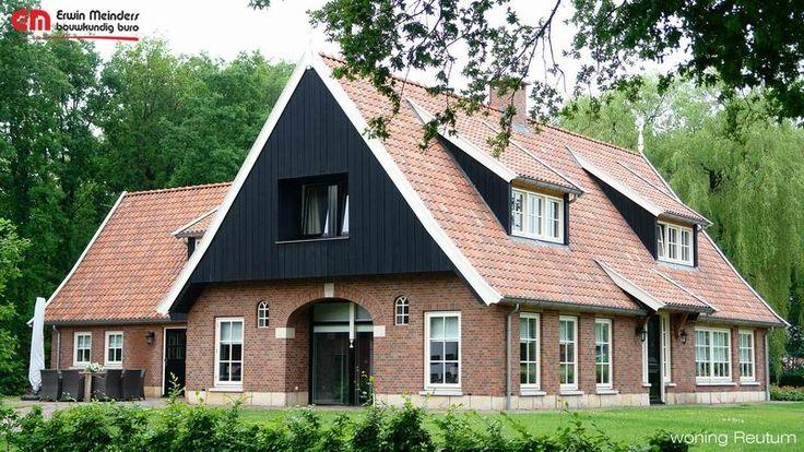 Landelijke woning in saksische stijl, met donkere eiken gevels en bentheimer zandsteen als trasraam.