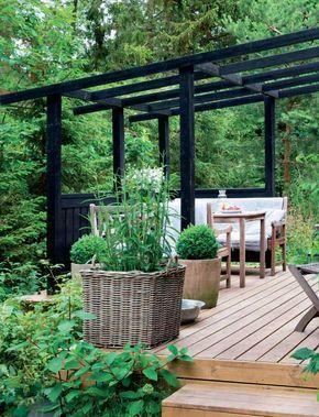Langt ude i skoven ligger et sort træsommerhus med masser af store vinduer, så beboerne kan ligge i hver sin sofa og følge med i årstidernes skiften. Huset har de indrettet i en grafisk enkel og samtidig romantisk stil.