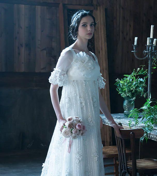 ゆるく編み込まれた髪が中世のお姫様のような雰囲気に 〜エンパイアドレスに似合う髪型 編み込み参考〜