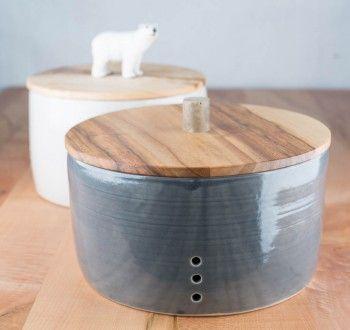 Brottopf: Keramik mit Holzdeckel  Die ideale Materialkombination: die Kruste bleibt knusprig und das Innere trocknet nicht aus.