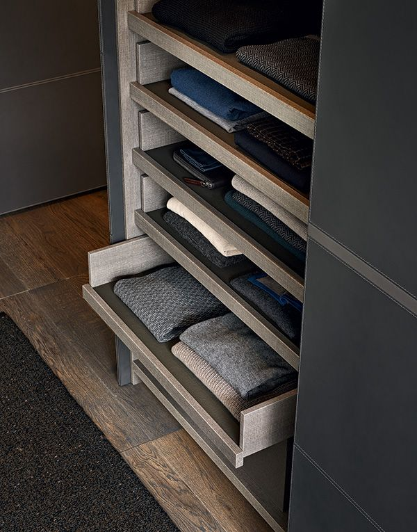 Inner equipment in cenere oak melamine, pull-out trays in cenere oak melamine with covering in visone techno-leather.