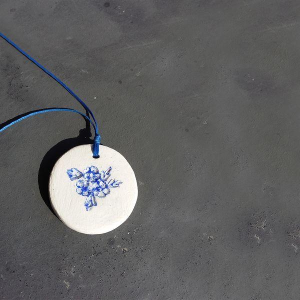 Xειροποίητο κολιέ από πηλό με μπλε λουλούδια