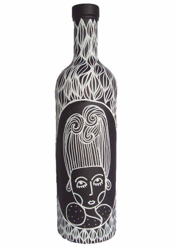 Garrafa de vidro pintada a mão com tinta spray e acrílica, além de acabamento em verniz a peça possui ilustrações com caneta Posca.