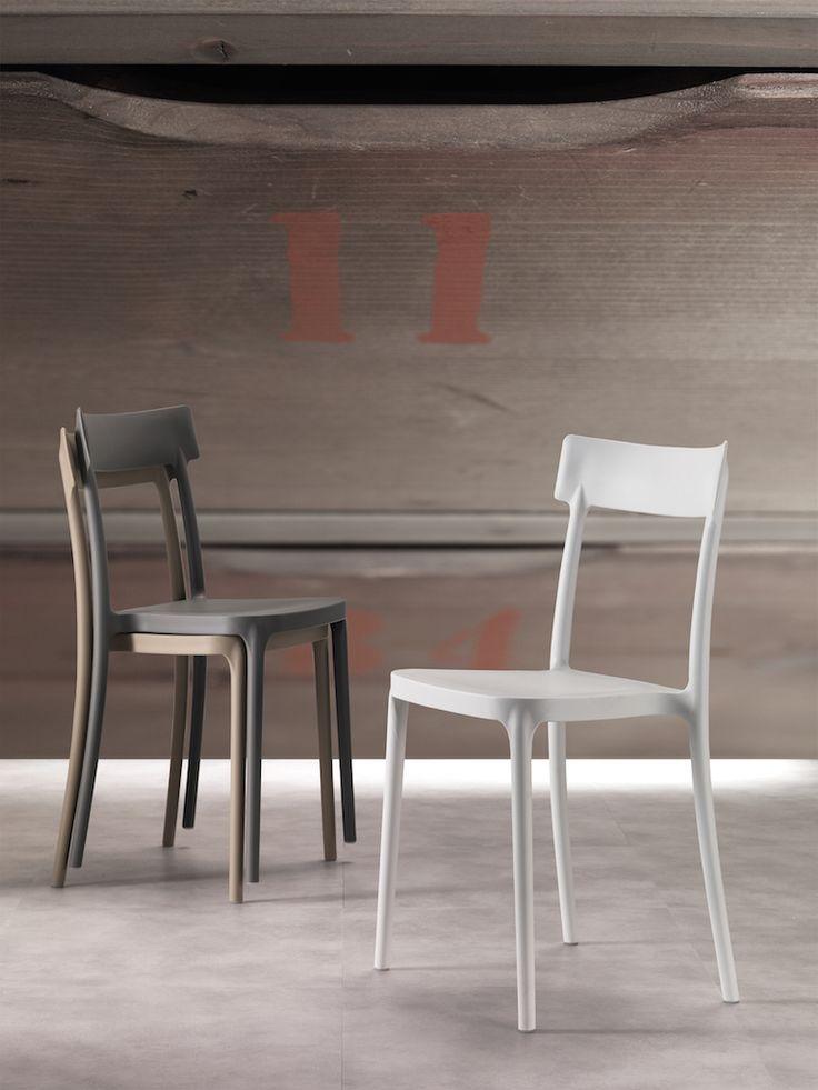 Sedia moderna in polipropilene facile da pulire, comoda e ideale per tutti i tipi di ambienti. La sua forma ricorda una sedia classica rivisitata in chiave moderna