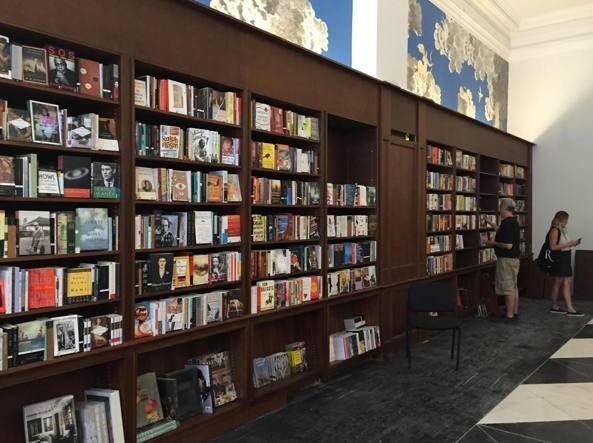 Esplora il significato del termine: New York, riapre la libreria Rizzoli una festa per gli amanti dei libriNew York, riapre la libreria Rizzoli una festa per gli amanti dei libri