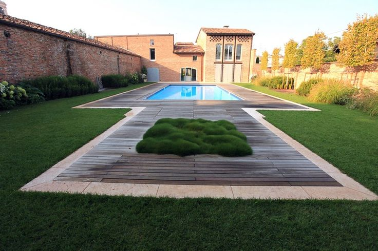 garden design by Silvia Ghirelli, contemporary garden with large plant inset in centre of hardscape
