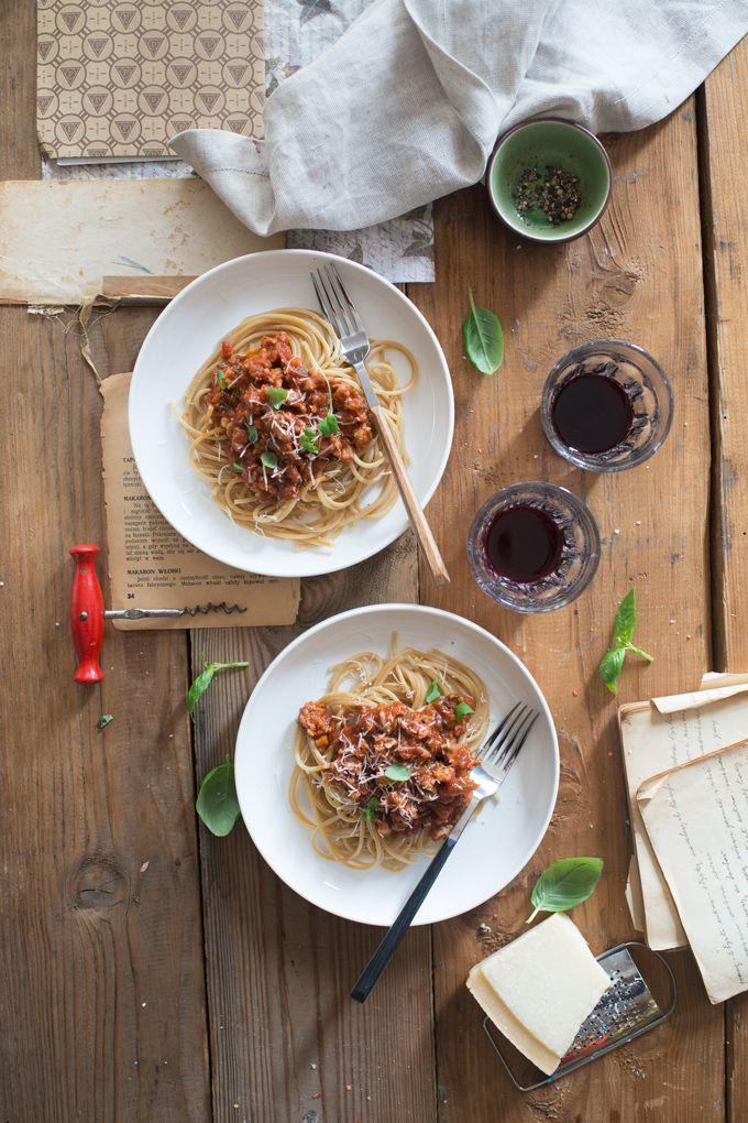 Tradycyjne spaghetti bolognese. Przepis na spaghetti po bolońsku. Makaron z wołowiną.