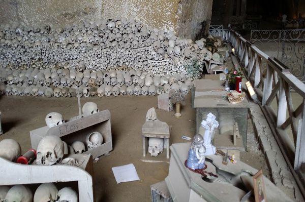Storie macabre, fantasmi che resuscitano, teschi che sudano: ci troviamo al Cimitero delle Fontanelle, uno dei luoghi di culto più amati dai napoletani #cimiterofontanelle #rionesanità #lelucididentro#grouponmag