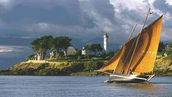 Port Navalo - Forban rentrant dans le golfe sur sa bordée avec un début de flor, devant le Phare
