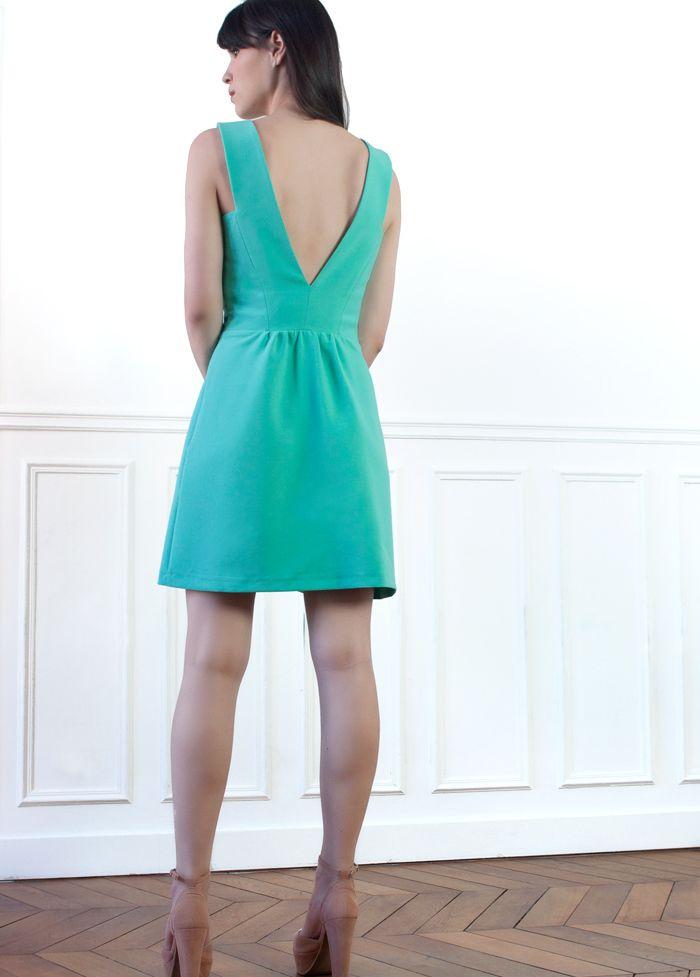 Une robe aux lignes graphiques et à la couleur rafraîchissante !  - Décolleté en V devant et dos - Petits plis à la taille - Légèrement évasé – Tissu épais avec un joli tombé (crêpe de polyester)  Cette robe estivale se porte aussi bien en mode casual que accessoirisée pour des événements plus formels.  Conseil taille: choisissez votre taille habituelle ! La mannequin mesure 1m72 et porte une taille 34.