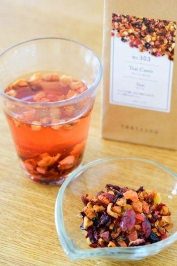 ティーブランド【TEAtriCO(ティートリコ)】の「ティート」は、ドライフルーツやハイビスカス、ローズヒップなどを使ったお茶です。お茶の「Tea」 と食べるの「Eat」 を組み合わせたネーミングの通り、茶葉であるドライフルーツも美味しく食べられるので、食物繊維やビタミンなどの嬉しい成分も丸ごといただけます。澄んだお茶の色もとっても綺麗。お湯を注いだ瞬間から、フルーティな香りに癒されますよ。
