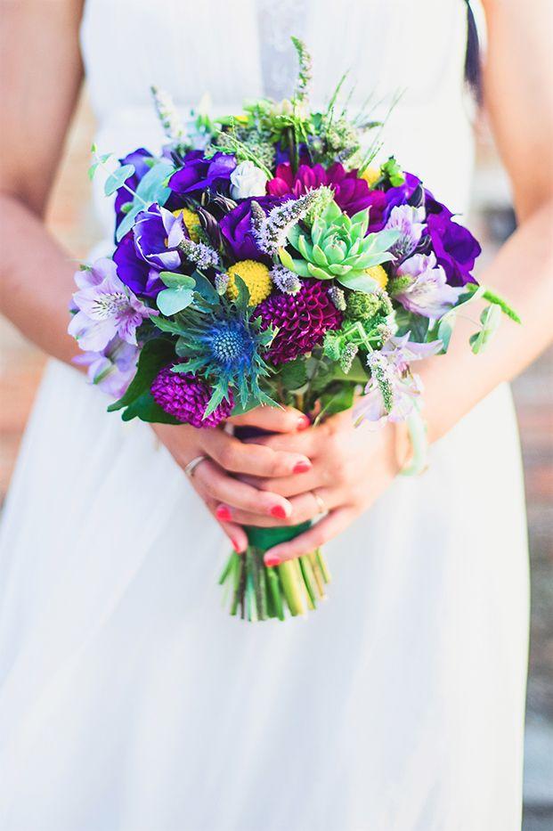 ©Marion Heurteboust Photography - 9 conseils pour creer une ceremonie d'engagement qui vous ressemble - La mariee aux pieds nus Bouquet favori du futur marié