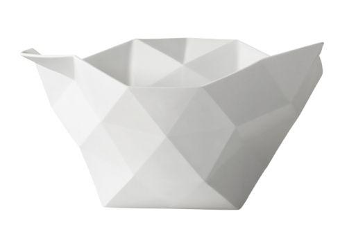 Chrushed Bowl, designet av JDS Architects for Muuto,viser stor-skala arkitektur på en små-skala objekt. Resultatet er en svært dekorativ bolle. Håndlaget fint porselen. Lindas favoritt! To størrelser.  Small: 17,5 x 26,5 cm, H: 11 cm Large: 29,5 x 28 cm, H: 16 cm
