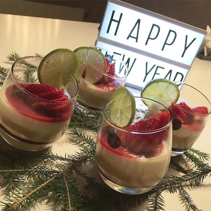 Dessert - Dulce de leche, vit choklad och vaniljpannacotta med en jordgubbskräm med lime och honung på toppen #dessert #pannacotta #vitchoklad #dulcedeleche #efterrätt #nyårsdesserten #nyårsmeny #nyårsmat #lime #jordgubbar #lime #vaniljpannacotta #sött #grankvistar #happynewyear #lightbox #ljuslåda #bluebox