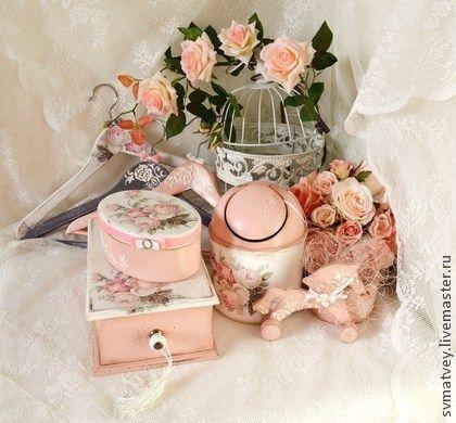 Комплект для ванной `Розовая дымка`. Комплект для ванной комнаты или спальной.  Состоит из множества необходимых, функциональных и красивых вещей.  Может стать желанным подарком на 8 марта.  Настольный контейнер для мусора, шкатулка для украшений, салфетница и плечики.