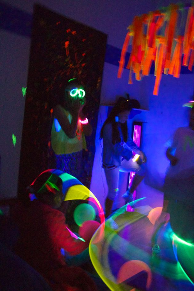 Loads of great Glow in the Dark party ideas. #glow-in-th-dark #neon #blacklight