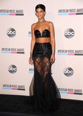 Rihanna'nın Amerikan Müzik Ödülleri'nde giydiği elbiseyi beğendiniz mi?