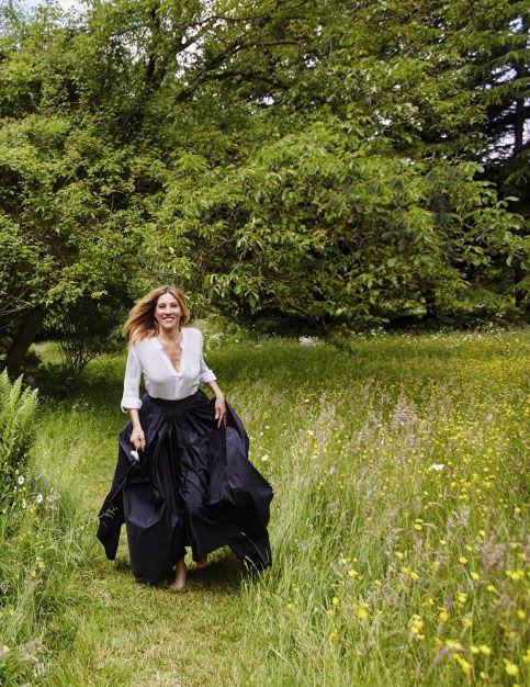 Mathilde Seigner- Une belle plante dans les harbes folles de la Vallée-aux-Loups, la propriété de Chateaubriand, à Châtenay-Malabry.
