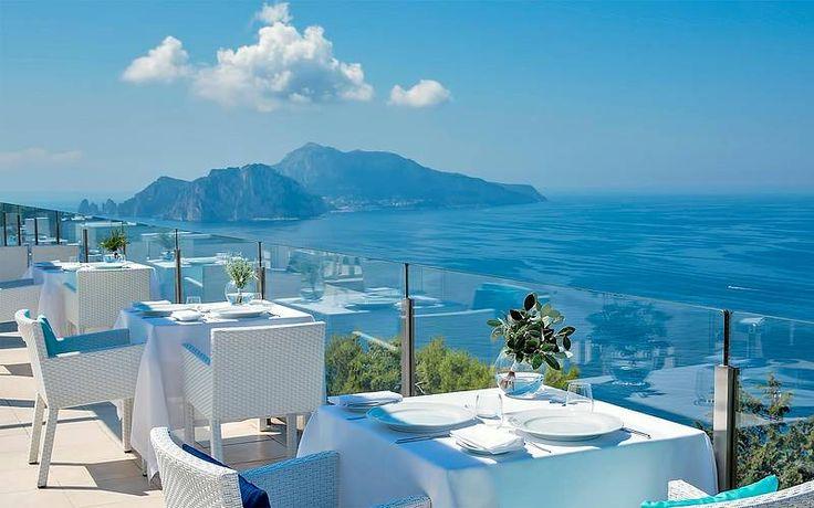L'Hotel Relais Blu si trova tra l'azzurro del cielo ed il blu del mare, nel punto di congiunzione tra la Costiera Sorrentina e la mitica Costiera Amalfitana.