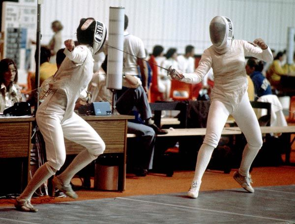 Susan Stewart du Canada (gauche) participe en escrime aux Jeux olympiques de Montréal de 1976. (Photo PC/AOC)