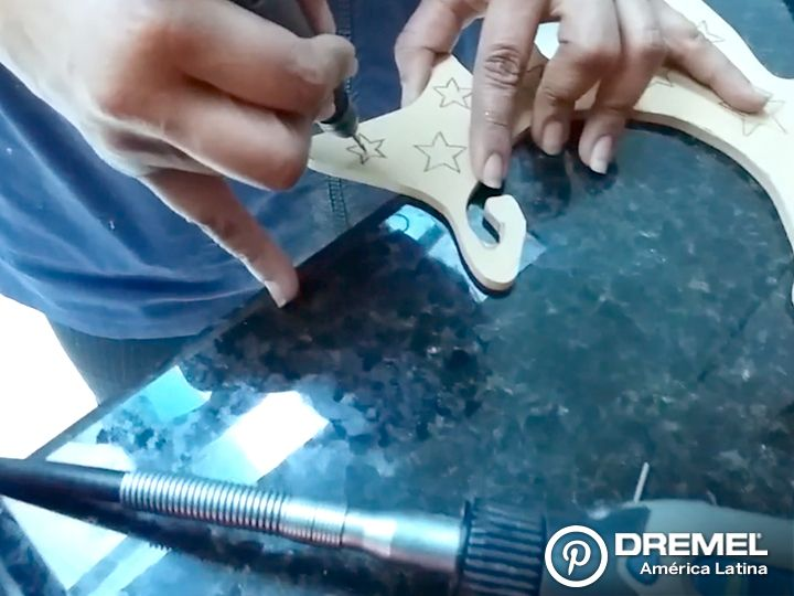 Paso 3) Para los cortes interiores tenemos que hacer una perforación inicial utilizando el cualquier rotativa Dremel y una broca del kit 628 de manera que podamos pasar la hoja de sierra para cortar el contorno de la figura interior.