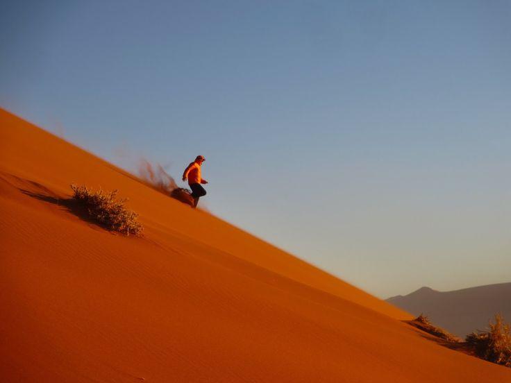Despertar bem cedo pela madrugada só pode significar uma coisa: vamos ter um grande dia. E este foi, definitivamente, um grande dia. O grande Mar de Areia é a área arenosa e dunar por excelência do deserto da Namíbia. As dunas vermelhas estendem-se por centenas de quilómetros paralelas à costa e atingem o seu máximo …