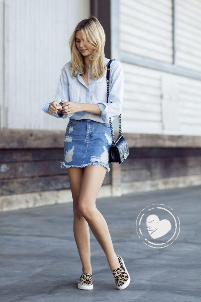 Look total jeans: Saia jeans + camisa jeans + bolsa pequena + tênis de oncinha.